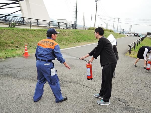 水消火器訓練の様子2