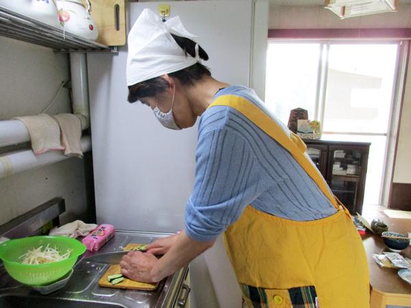野菜を切っているところ