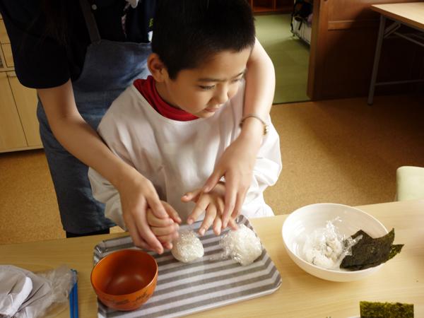 おにぎりを作る様子(3)