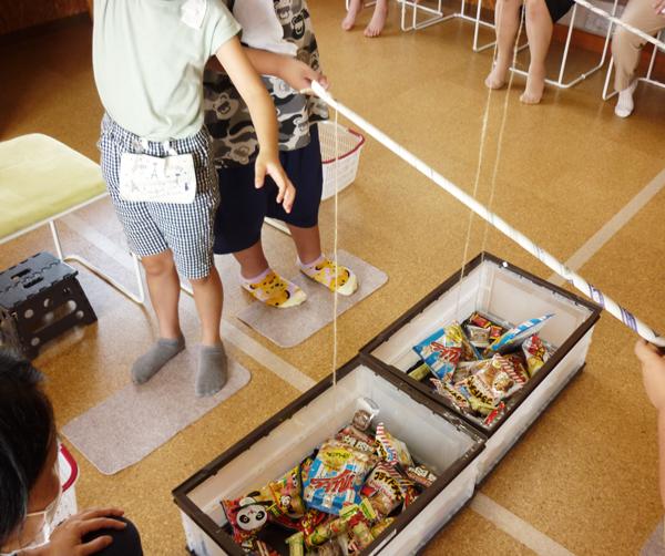 お菓子釣りをする児童の様子