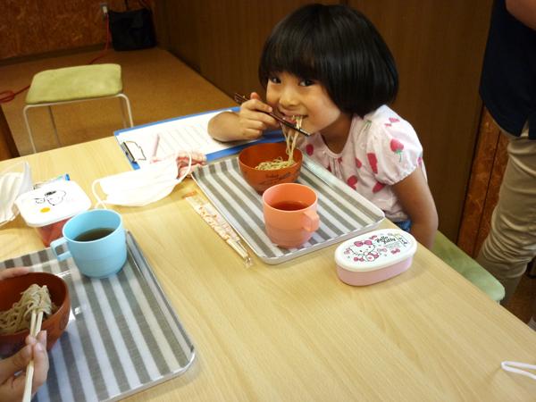 児童が蕎麦を食べる様子