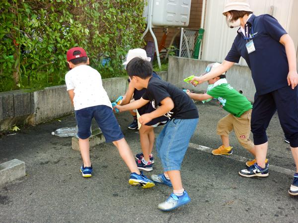 複数の児童が協力して的当て遊びする様子