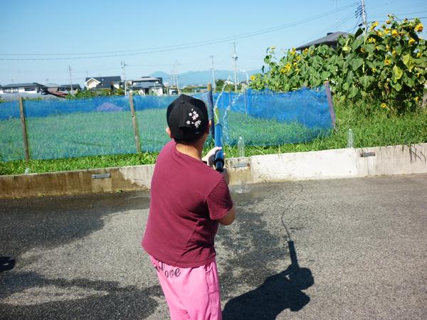 児童が水鉄砲で遊ぶ様子