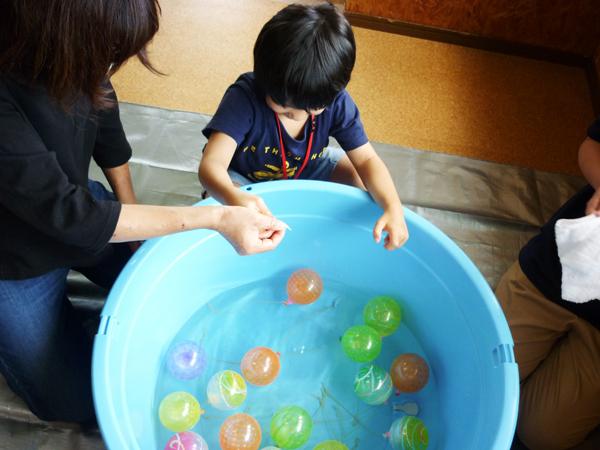 児童が水ヨーヨー釣りをする様子2