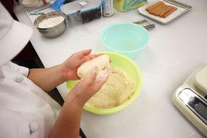 ④パン粉をつけます。